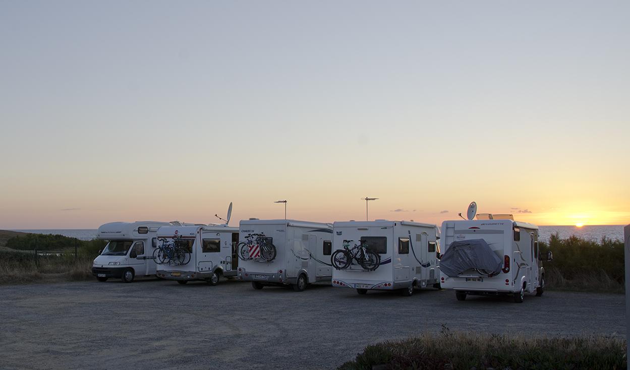 Campers bij zonsondergang op camperplaats bij Quiberon