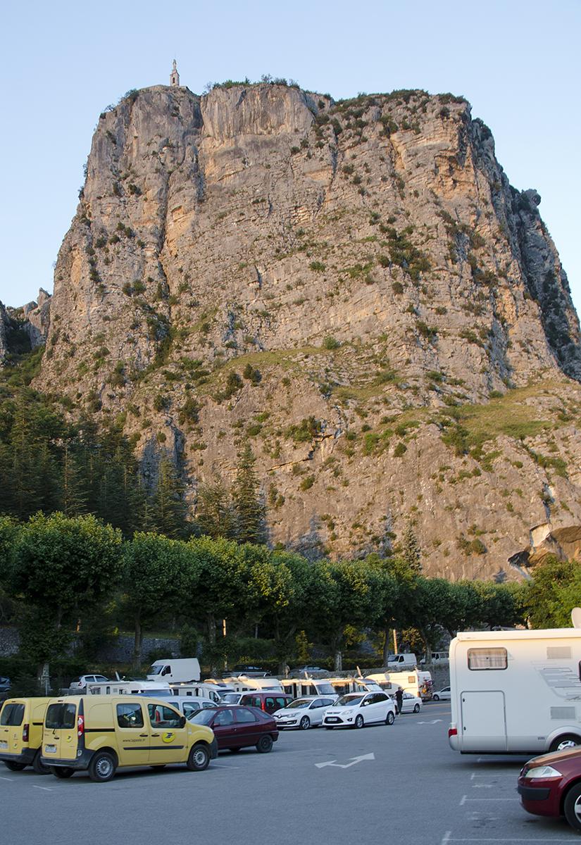 De Roc met het kapelletje torent 184 meter uit boven de camperplaats. Overdag is het deels een gewone parking
