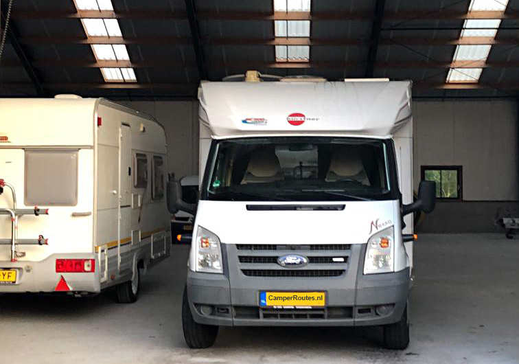 De camper blijft nog even in de stalling
